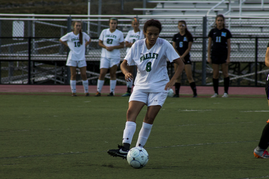 Junior+Arianna+Quevedo+controls+the+ball+against+Mahwah.++Quevedo+and+the+girls+soccer+team+will+try+to+continue+their+strong+play+this+week.