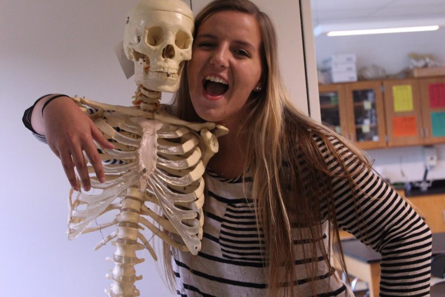 Kyra+Gynegrowski+poses+with+a+skeleton.+Kyra+interns+at+Advanced+Orthopedics+%26+Sports+in+Nanuet%2C+N.Y.